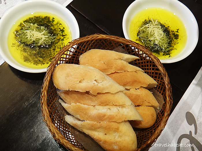 Bread with Pesto and Parmesan Dip